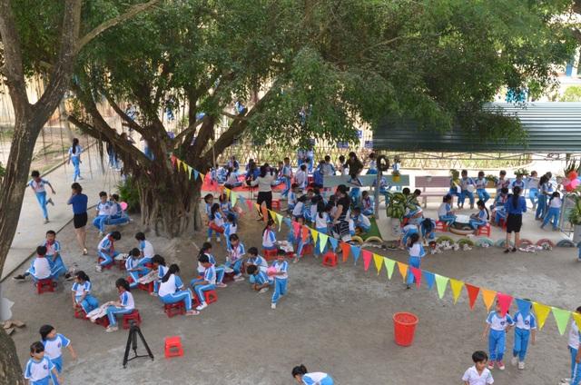 Nhằm thực hiện có hiệu quả Giờ ra chơi trải nghiệm khoa học sáng tạo, trường Tiểu học Nam Hà đã tạo ra khu vực vui chơi rợp bóng cây xanh và đầy hoa tươi. Nhiều vật trang trí, dụng cụ vui chơi đẹp mắt được tạo ra từ vật liệu phế thải. Theo cô Nguyễn Thị Hồng Duyên - Hiệu trưởng trường Tiểu học Nam Hà, có được không gian vui chơi sinh động, bổ ích như hiện nay là nhờ sự cố gắng rất lớn của giáo viên và các em học sinh. Ngoài vui chơi, các em đã có ý thức chăm sóc cây xanh, vườn rau, bồn hoa cho sân trường luôn sạch đẹp. Hoạt động này mang đến cho các em khoảng thời gian vui chơi thoải mái sau giờ học. Qua các hoạt động còn giúp nhà trường phát hiện những em có năng khiếu để phát triển, bồi dưỡng thêm, cô Duyên chia sẻ.