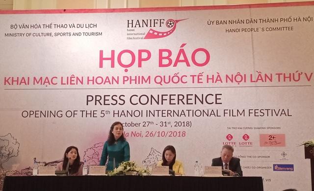 Bà Ngô Phương Lan - Trưởng BTC LHP Quốc tế Hà Nội V chia sẻ thông tin với báo chí tại buổi họp báo diễn ra chiều 26/10. Ảnh: Tùng Long.