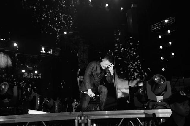 Anh quỳ xuống, bật khóc trên sân khấu vì xúc động trước tình cảm của khán giả.