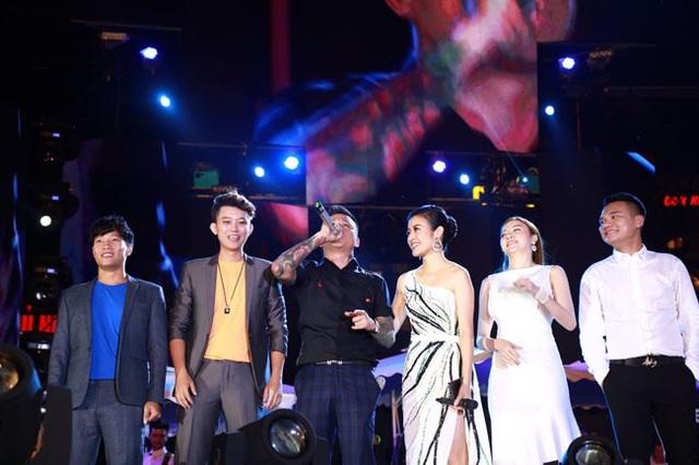Những nghệ sĩ thân thiết bên cạnh Tuấn Hưng.