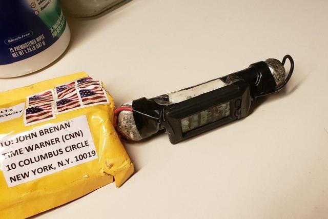 Một trong số các bưu kiện chứa bom do Sayoc gửi đi. (Ảnh: RT)