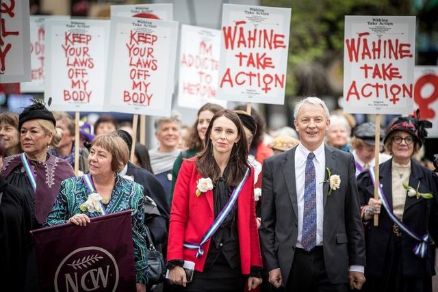 Thủ tướng New Zealand Jacinda Ardern (áo đỏ) và Thị trưởng Auckland Phil Goff (phải) đều có mối liên hệ với doanh nhân Yikun Zhang. (Ảnh: NZ Herald)