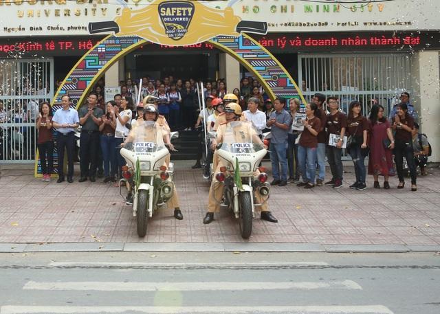 Lực lượng CSGT và hàng nghìn sinh viên xuống đường diễu hành tuyên truyền về an toàn giao thông
