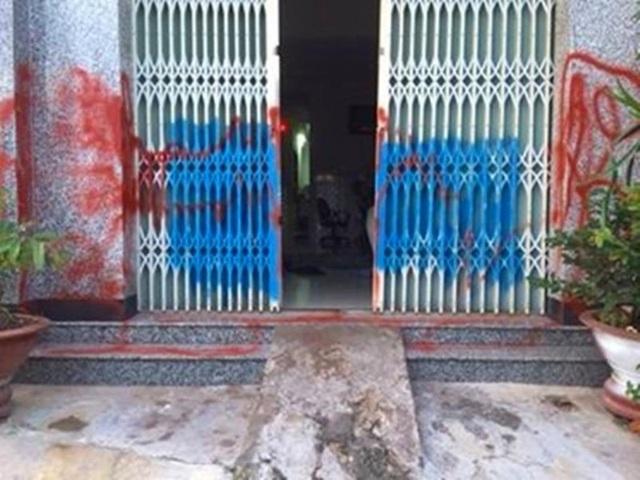 Ngôi nhà bà A. tại phường Phú Thủy, Phan Thiết bị xịt sơn khi chưa kịp trả nợ.