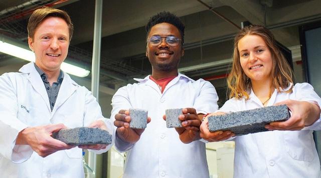 Tiến sĩ Dyllon Randall (bên trái) cùng các sinh viên tham gia dự án nghiên cứu. Ảnh: RT