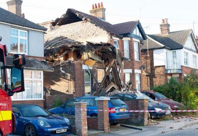 Một nửa căn nhà đã đổ sụp