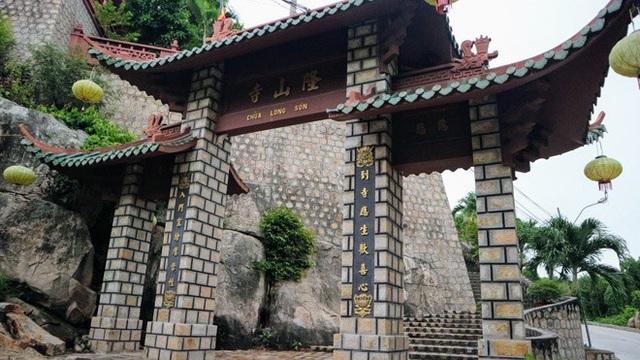 Dọc từ chân núi lên tới đỉnh núi Sam có rất nhiều đền, chùa, am, miếu