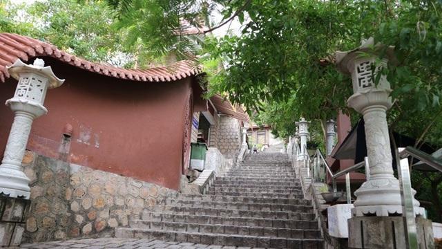 Để tới chùa du khách sẽ phải vượt qua 300 bậc thang bằng đá