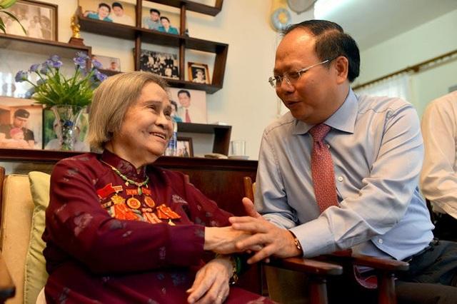Lãnh đạo TPHCM thăm hỏi sức khỏe bà Nguyễn Thị Vân, phu nhân cố Tổng Bí thư Lê Duẩn, hồi tháng 4/2017.