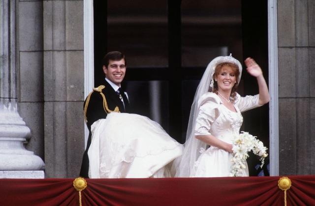 Trong ngày cưới năm 1986, nữ công tước xứ York Sarah đã đeo một chiếc vương miện kim cương và bạch kim trong hôn lễ với Hoàng tử Andrew, con trai thứ hai của Nữ hoàng. Vương miện Kim cương York được Nữ hoàng và Công tước xứ Edinburgh mua từ Garrard. Nó là một phần của một bộ vòng cổ, bông tai, và bộ vòng đeo tay được trao cho Sarah bởi Hoàng hậu và Hoàng tử Philip như một món quà cưới.