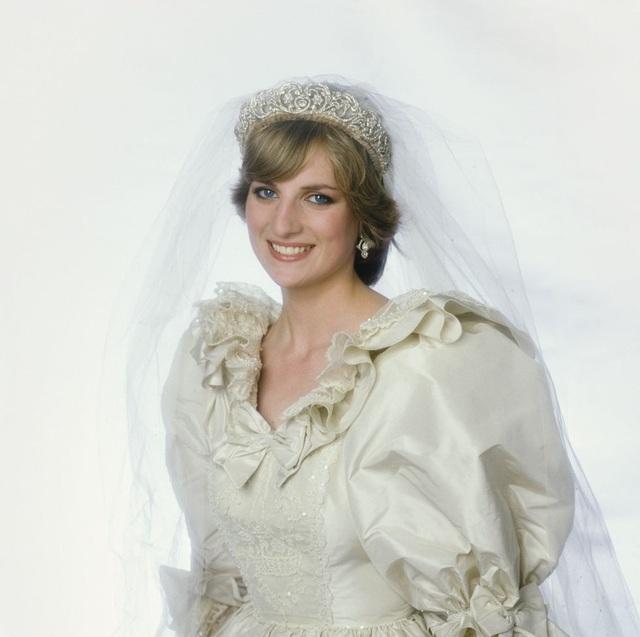 Công nương Diana đeo vương miện của gia đình - vương miện Spencer khi cô kết hôn với Hoàng tử Charles vào năm 1981. Trung tâm vương miện là món quà từ Lady Sarah Spencer đến Cynthia Spencer, trong ngày cưới của cô vào năm 1919. Ngoài ra còn được làm mới bởi bàn tay của nghệ nhân Garrard vào năm 1937. Các chị em của Diana, Phu nhân Sarah và Jane cũng đeo vương miện trong ngày cưới của họ