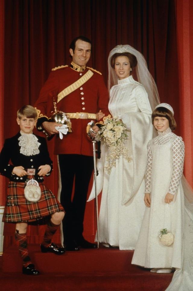 Con gái duy nhất của Nữ hoàng Elizabeth đã chọn một vương miện đặc biệt có ý nghĩa cho đám cưới của cô năm 1973, đây là chiếc vương miện mà chínhNữ hoàng cũng đeo trong ngày cưới của bà. Vương miện gắn rất nhiều kim cương lớn nhỏ thực hiện bởi Garrard.