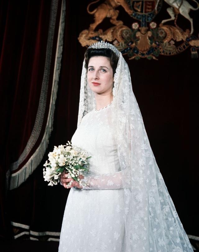 Năm 1963, trong ngày cưới, Công chúa Alexandra của Kent đã đeo chiếc vương miện mang tên Kent City of London Fringe vào ngày cưới - đây là vương miện mà cô mượn từ mẹ cô Marina. Chiếc vương miện tuyệt đẹp đã được trao cho Marina vào ngày cưới của cô năm 1934.