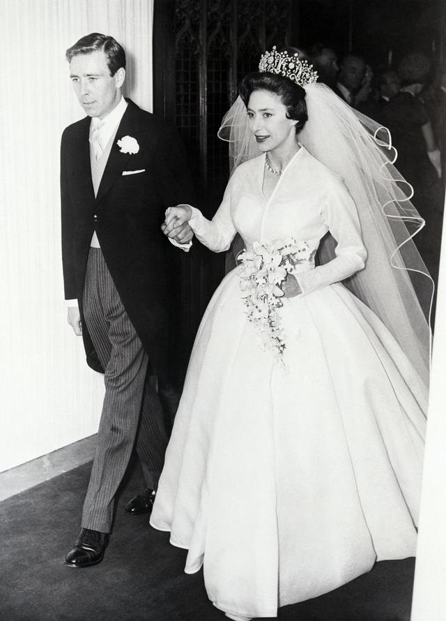 Trong hôn lễ năm 1960, công chúa Margaret đội vương miện Poltimore. Garrard đã tạo ra vương miện vào những năm 1870 cho Lady Florence Poltimore. Chiếc vương miện tuyệt đẹp này đã được bán đấu giá sau khi công chúa qua đời.