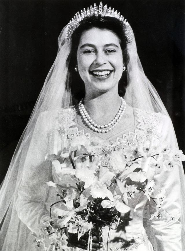 Nữ hoàng Elizabeth đội vương miện Fringe của Nữ hoàng Nga trong ngày cưới của bà vào ngày 20/11/1947. Một phần của món đồ trang sức được làm cho Nữ hoàng Mary, bà của Nữ hoàng Elizabeth vào năm 1919 và có thể được đeo như một chiếc vòng cổ hoặc trên đỉnh đầu. Vương miện của Elizabeth đã bị gãy trong ngày cưới của bà nhưng đã nhanh chóng được sửa chữa sau đó