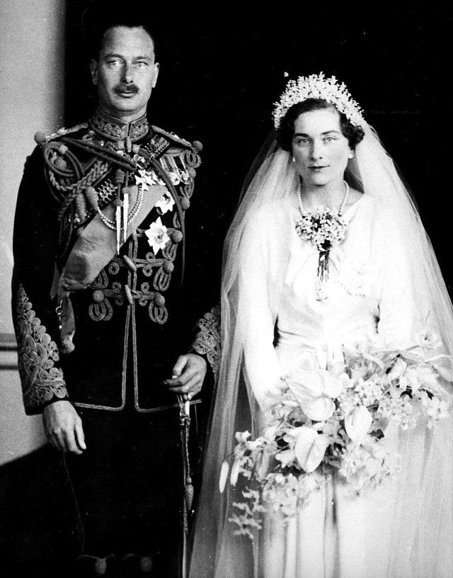 Công chúa Alice không thực sự đeo vương miện trong đám cưới với Hoàng tử Henry vào năm 1935, thay vào đó nữ Công tước Gloucester cài vòng pha lê gắn với tấm màn che trên tóc mình vì cha của bà qua đời chỉ vài tuần trước hôn lễ