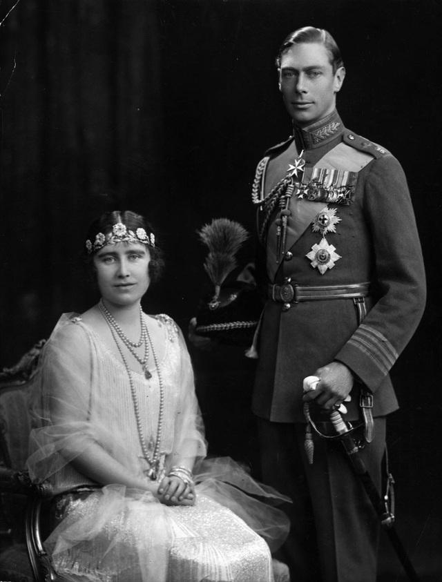 Trong đám cưới năm 1923, Mẹ của Nữ hoàng Elizabeth đội vương miện Strathmore, đó là một món quà cưới từ cha bà, Bá tước Strathmore. Vương miện có niên đại từ cuối thế kỷ XIX là một vòng hoa hồng đính kim cương hồng.