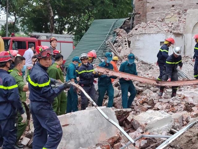 Lực lượng chức năng xử lý hiện trường vụ sập nhà