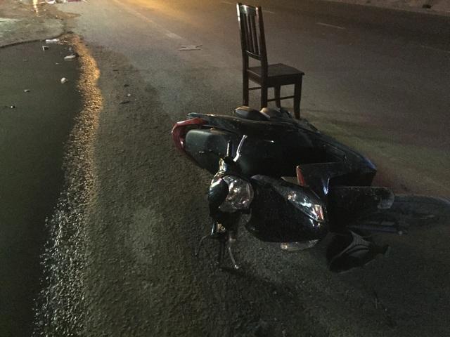 Một chiếc xe máy bị ô tô tông hư hỏng.