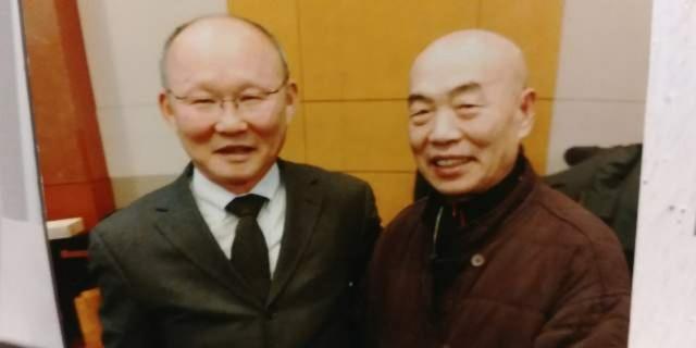 Hoạ sĩ Lee Sung Kun và HLV Park Hang Seo. Mặc dù đã nhận lời tham dự triển lãm nhưng vì bận công tác tại Hàn Quốc nên HLV Park Hang Seo không thể có mặt tại Việt Nam để tham dự triển lãm của người bạn mà ông yêu quý.