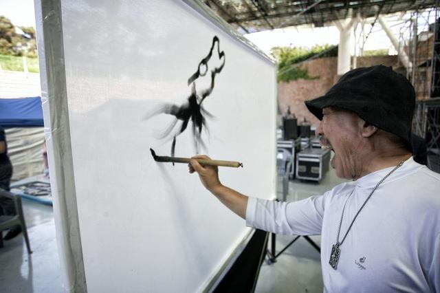 Hoạ sĩ Lee Sung Kun và phong thái vẽ tranh độc đáo.