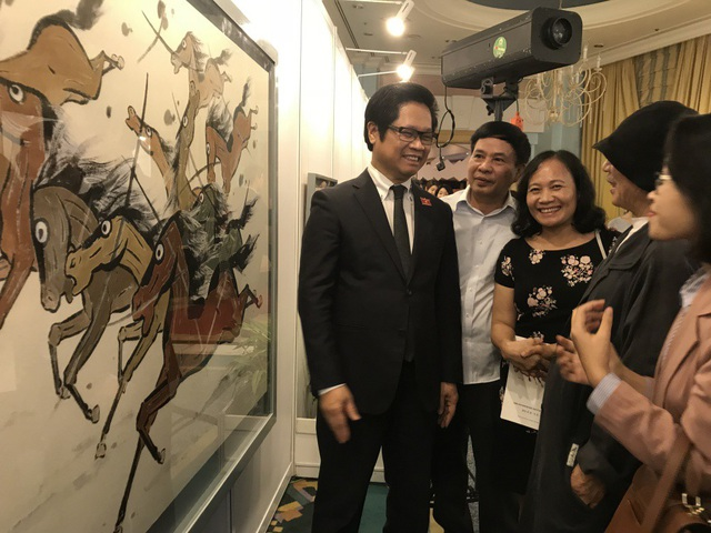 Ông Vũ Tiến Lộc - Chủ tịch Phòng Thương mại và Công nghiệp Việt Nam (VCCI), Chủ tịch Hội Hữu nghị Việt Nam - Hàn Quốc tham quan triển lãm và trò chuyện cùng hoạ sĩ Lee Sung Kun.