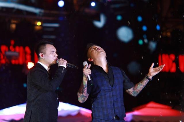 Tuấn Hưng xin trời đừng mưa khi hát cùng Khắc Việt.