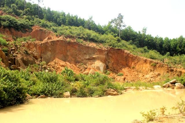 Mỏ khai thác đất quên hoàn thổ ở huyện Phú Ninh