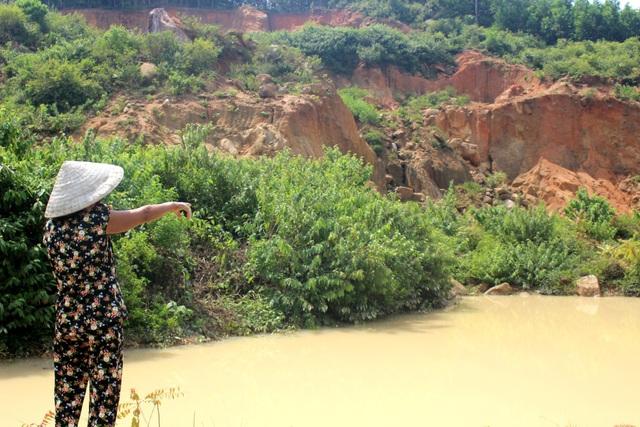 Người dân huyện Phú Ninh bức xúc với những mỏ đất đã được đào lên phục vụ cao tốc nhưng chưa hoàn thổ