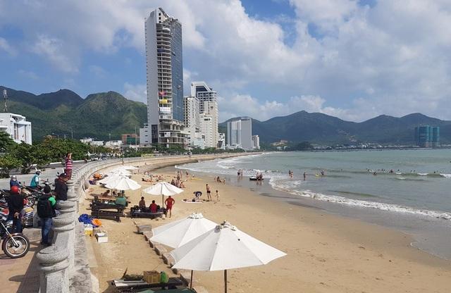 Nha Trang: Du khách tắm biển bất chấp sóng lớn, vùng xoáy nguy hiểm - 3