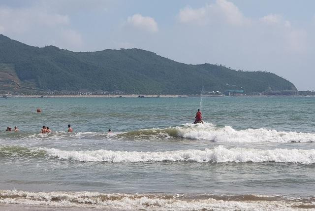 Nha Trang: Du khách tắm biển bất chấp sóng lớn, vùng xoáy nguy hiểm - 1