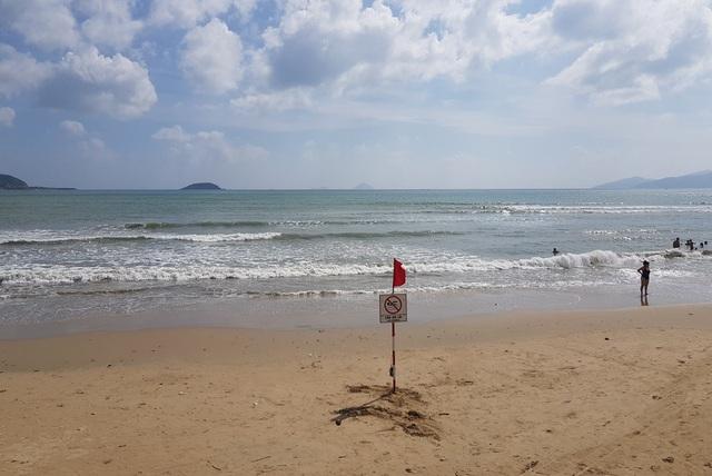 Lực lượng chức năng tuần tra và cắm biển nghiêm cấm du khách tắm biển sáng 28/10 do sóng lớn