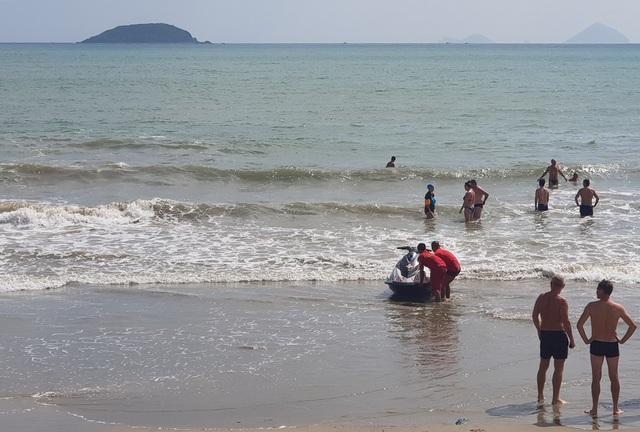 Trong mấy ngày qua, bãi biển phía bắc Nha Trang có sóng lớn, xuất hiện nhiều vùng nước xoáy, dòng chảy khác nhau
