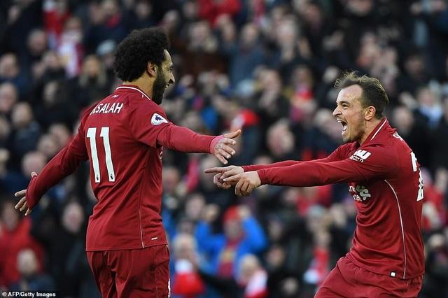 Salah (trái) vừa ghi bàn vừa kiến tạo ở trận đấu thuộc vòng 10 Premier League