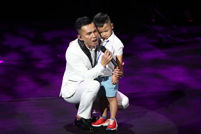 """Tú Dưa đưa con trai út, trái ngọt của anh và Lam Trang lên sân khấu thể hiện ca khúc """"Ngày cha gặp con"""""""