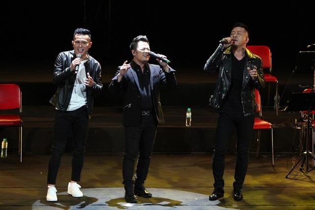 """Các thành viên Quả Dưa Hấu tái hợp trên sân khấu thể hiện ca khúc """"Mưa"""" và """"Hè muộn"""", khép lại đêm nhạc ý nghĩa của Tú Dưa."""