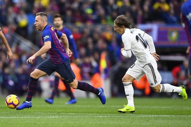Luka Modric cố gắng ngăn chặn Arthur