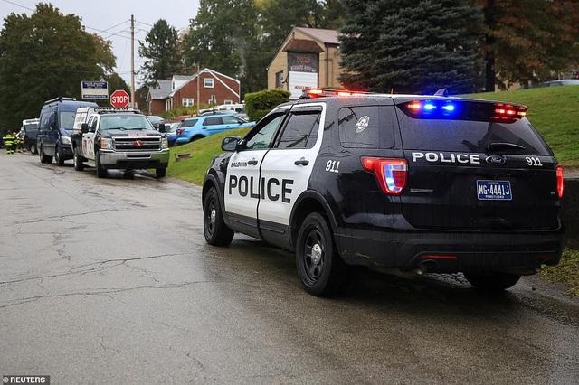 Xe cảnh sát đậu ở gần hiện trường (Ảnh: Reuters)