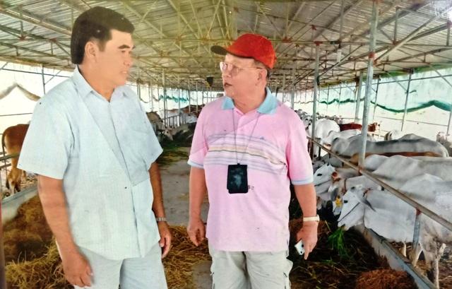 Trong một lần đến thăm trang trại bò giống của ông Sáu Đức, Giáo sư Võ Tòng Xuân (bên phải) nhận định ông Sáu Đức là một nông dân sản xuất giỏi, dám nghĩ, dám làm theo hướng sản xuất qui mô, công nghệ