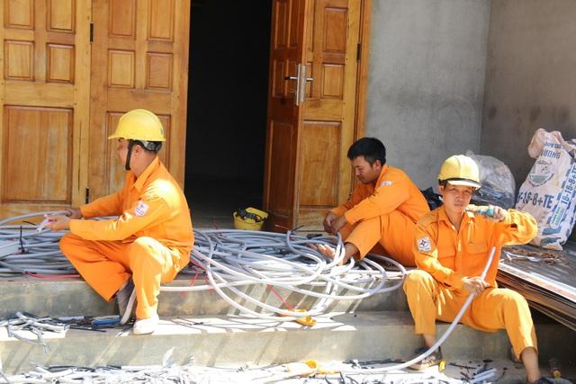 Nhân viên điện lực chuẩn bị kéo điện về hai thôn Phú Hòa, Phú Vinh