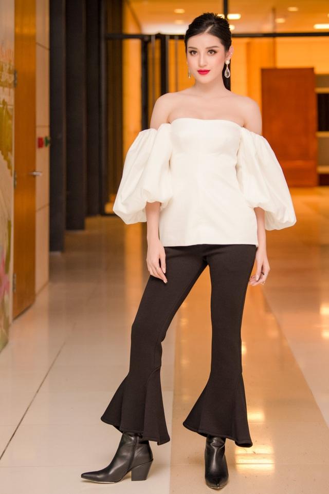 Lần này, Miss Grand Vietnam 2017 vẫn trung thành với gam màu trắng-đen nhưng mang lại một luồng gió tươi mới hơn khi phối áo sơmi trễ vai màu trắng, kết hợp cùng quần đen ống suông cá tính.