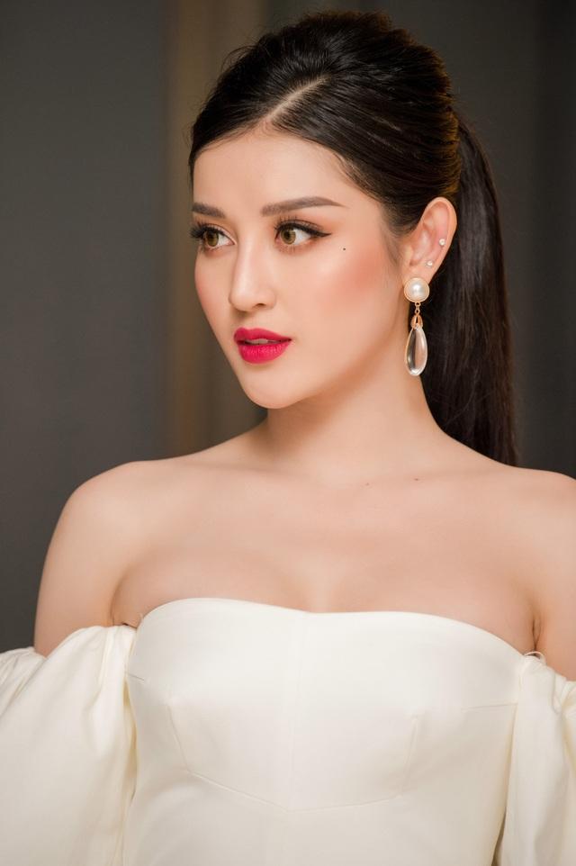 Á hậu Việt Nam 2014 tiếp tục biến hoá phong cách. Trước đó, tại đêm thứ 2 của sự kiện, cô đã diện bộ trang phục thanh lịch, kín đáo với hai tông màu trắng-đen.