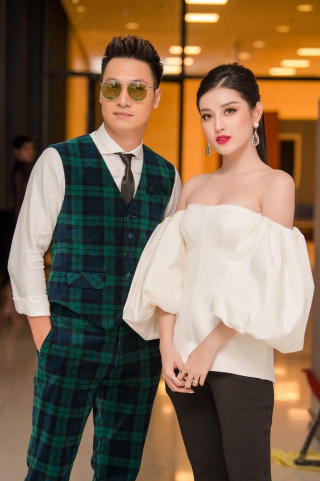 Huyền My có dịp trò chuyện và chụp ảnh cùng nam diễn viên Mạnh Trường.