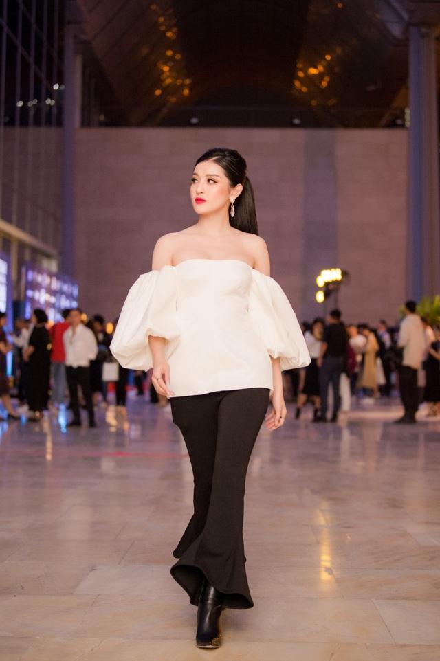 Không còn chuộng những bộ váy áo cầu kỳ, lộng lẫy; gần đây Huyền My chuộng phong cách cá tính khi tham dự các sự kiện thời trang.