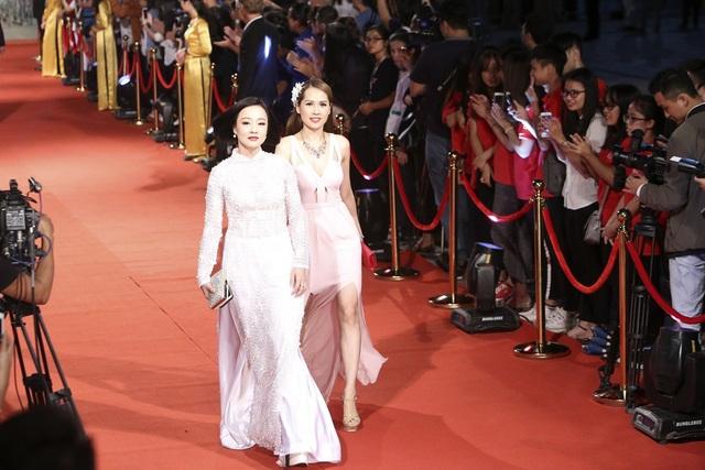 Mỹ Duyên và gái nhảy Minh Thư.