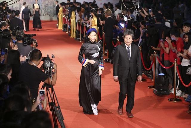 Diễn viên Ngô Thanh Vân và ông Oguri Kohei (Nhật Bản) - Trưởng BGK phim truyện LHP Quốc tế Hà Nội lần thứ V sải bước trên thảm đỏ.