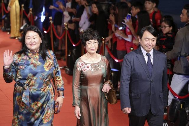 Nhà biên kịch Hồng Ngát và các thành viên BGK Liên hoan phim