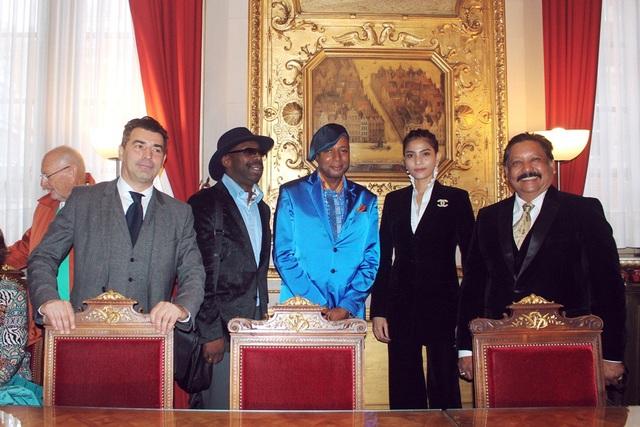 Trương Thị May tặng chuỗi trầm hương cho thị trưởng Brussels - 5
