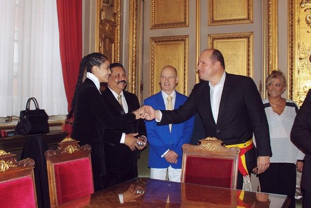Trương Thị May tặng chuỗi trầm hương cho thị trưởng Brussels - 3