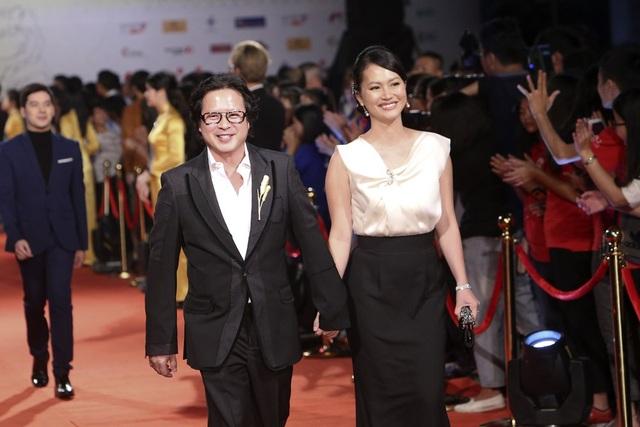 Nữ diễn viên Chuyện của Pao Đỗ Hải Yến nắm chặt tay chồng sải bước trên thảm đỏ.